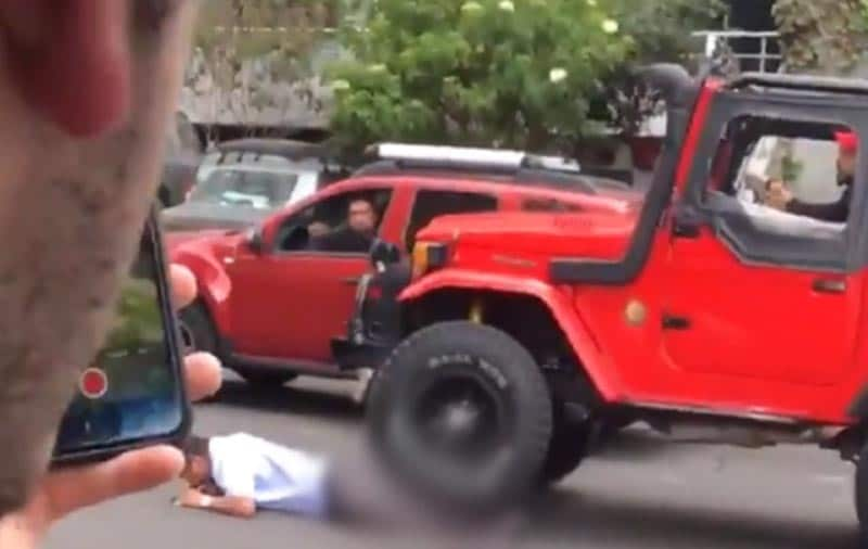 Brutal reacción: intentando huir, hombre atropelló a conductor de bus al que estrelló