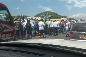 Aparatoso accidente en la vía Cali-Palmira, conductor de bus intermunicipal estaría atrapado