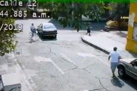 Ciclista fingió ser arrollado por un vehículo en Cali, al parecer, para estafar al conductor