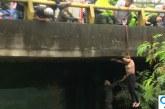 Video: El angustioso rescate a una habitante de calle atrapada tras lluvias en Cali