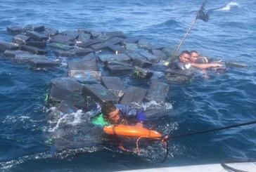 Tres personas que transportaban cocaína en Mar Pacifico fueron rescatados por la armada