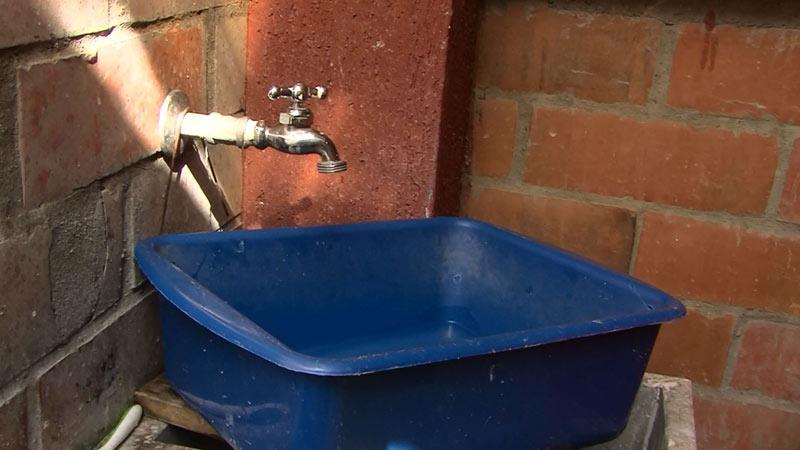 ¡A llenar baldes! Estos son los barrios de Cali que se quedan sin agua por 24 horas