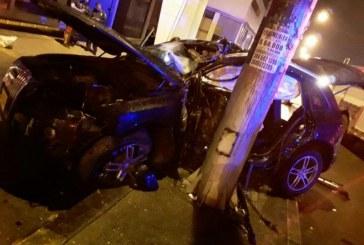 Conductor de un Audi terminó contra poste en el norte de Cali, investigan causas del aparatoso accidente