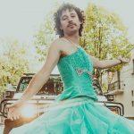 Luisito celebra sus 15 millones con vestido de quinceañera