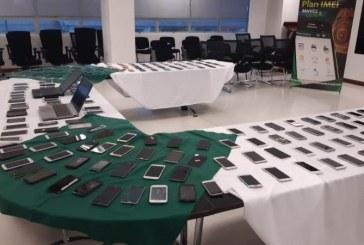 En reconocidos centros comerciales del centro de Cali, recuperan 120 celulares robados