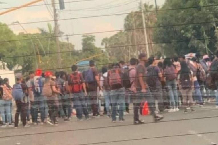 Bloqueos a la altura de Univalle: los estudiantes continúan protestando