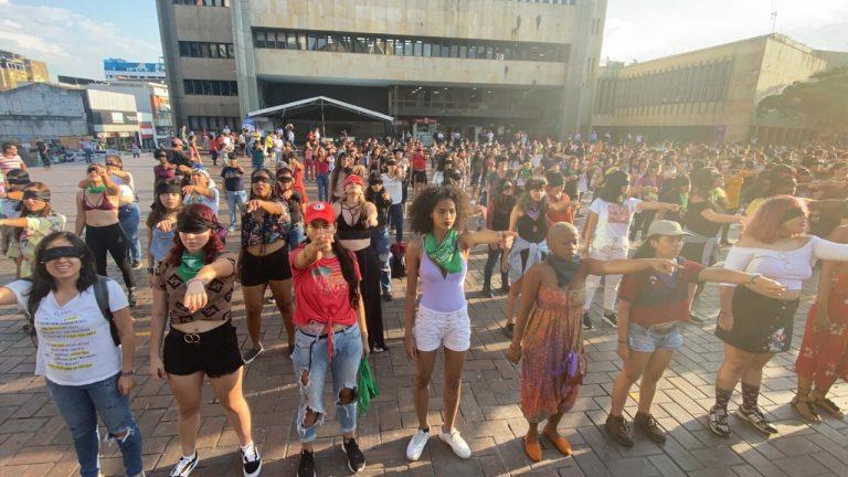 Con bailes y cánticos, caleños se unieron a lucha contra feminicidios