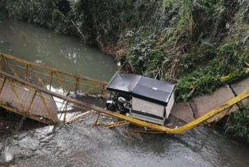 Colapsó puente peatonal que era utilizado por motociclistas en el sur de Cali