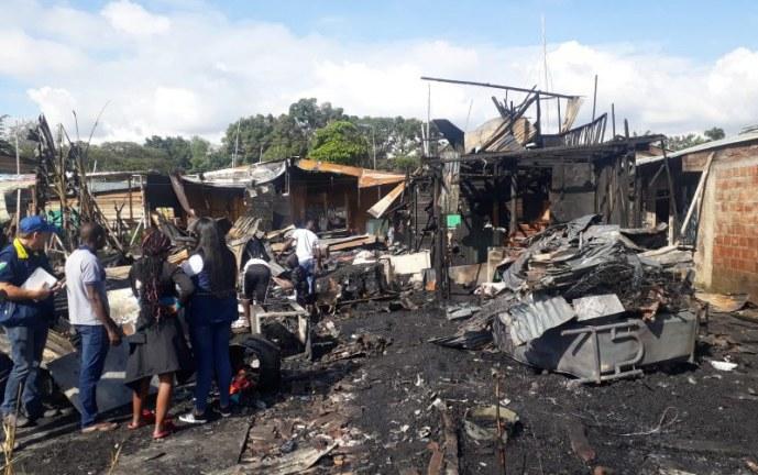 Al menos 12 viviendas terminaron destruidas por grave incendio en Jarillón del río Cauca