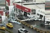 Al menos dos camionetas BMW destruidas por caída de valla en el sur de Cali