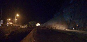 Por deslizamientos de tierra y accidente, permanece bloqueada vía Buga - Buenaventura en el KM 55