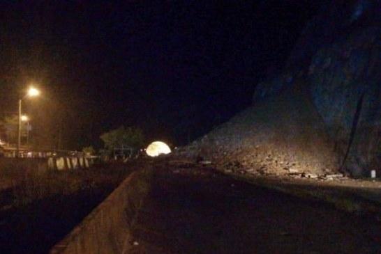 Por deslizamientos de tierra y accidente, permanece bloqueada vía Buga – Buenaventura en el KM 55