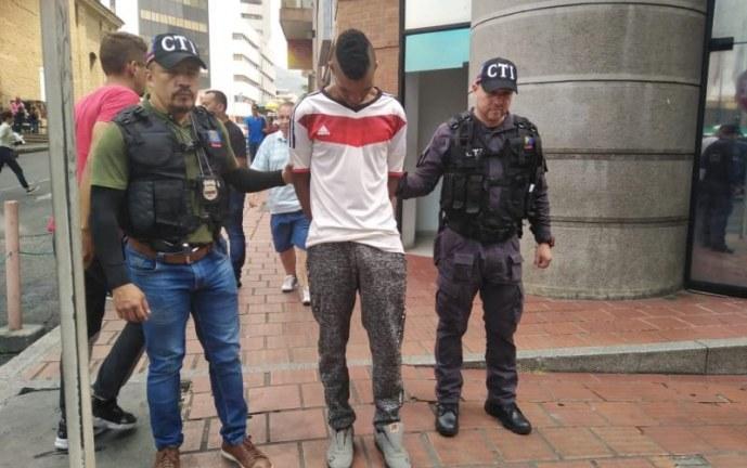 Cárcel a venezolano de 18 años que asesinó a mujer que le alquiló habitación en Cali