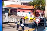 Investigarán a guarda de tránsito de Cali que tumbó a motociclista en retén
