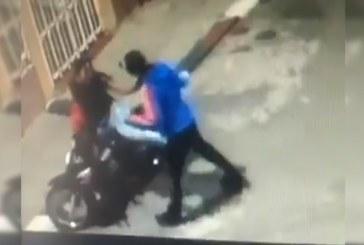 En video quedó registrado angustiante robo a mujer en Cali, se defendió con patada y puño