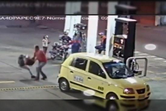 Taxista quedó grabado golpeando a pasajera que le quería pagar con un billete de $50.000