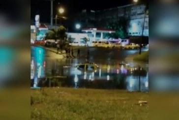 Lluvias de la madrugada en Cali dejaron vías anegadas y carros atrapados bajo el agua