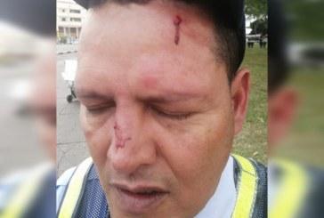 Motociclista que invadía bicicarril amenazó a una guarda y luego golpeó a su compañero