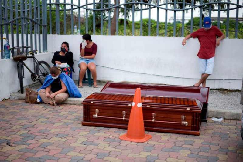 En Guayaquil ya no lloran a sus muertos, la prioridad es levantar los cadáveres