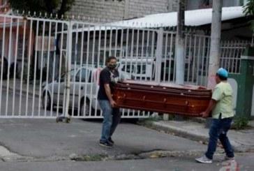 Ecuatoriano pide que retiren el cuerpo de su madre que yace muerta hace 5 días