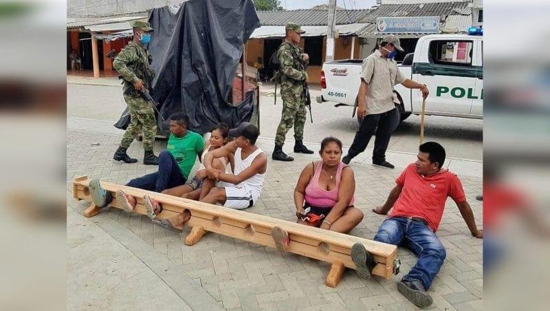 Guardia indígena castiga con cepo y grillete a quienes incumplen la cuarentena en Córdoba