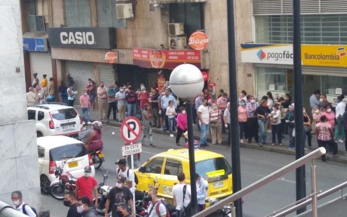 'Jalón de orejas' a bancos en el Valle para evitar aglomeración de personas, en especial ancianos