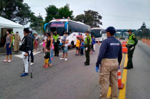 Unos 800 venezolanos atrapados en frontera con Colombia al volver a su país