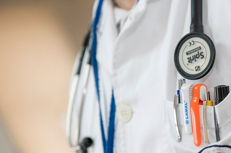 Más de 1.000 trabajadores del sector salud de Colombia tienen COVID-19