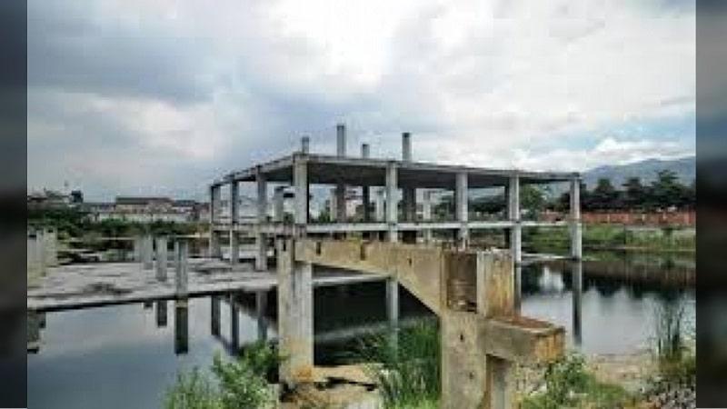 Piden a dueños de obra de centro comercial abandonado en Cali, retirar agua estancada por foco de zancudos