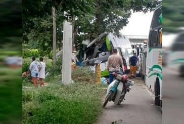 Dos muertos y 7 heridos deja accidente de bus que trasladaba venezolanos desde Cali