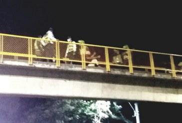 En video: agentes de tránsito rescatan a mujer que intentó lanzarse de un puente en Jamundí