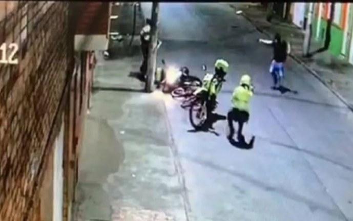 Video: hombre atacó a tiros a dos policías que lo detuvieron por requisa durante cuarentena