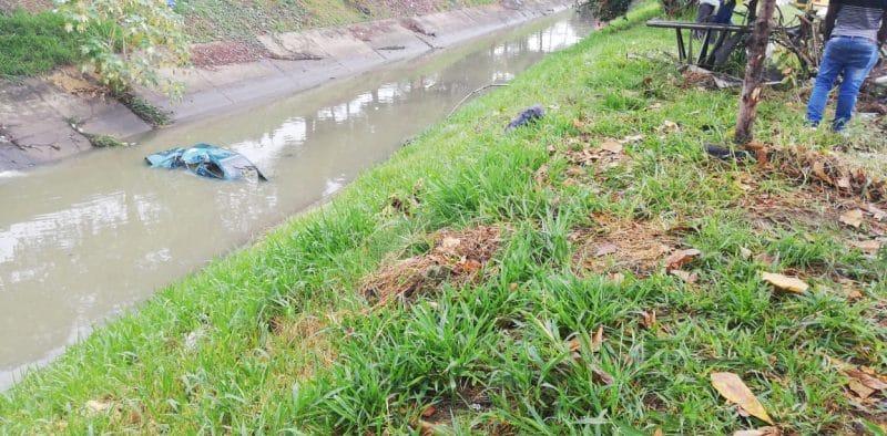 Carro que fue abandonado tras accidente, cayó a canal de aguas lluvias cuando era saqueado