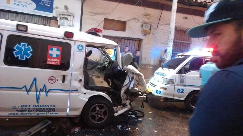 Fuerte accidente en Cali involucró a ambulancia que iba a atender una emergencia