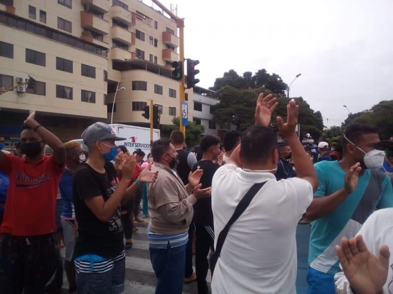Venezolanos bloquean la Calle 5 en Cali solicitando corredor humanitario para regresar a su país