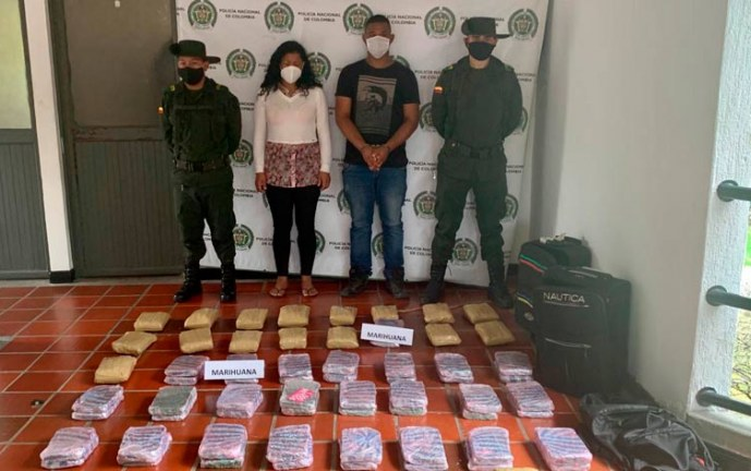 A la cárcel pareja que transportaba 75 paquetes de marihuana en un camión