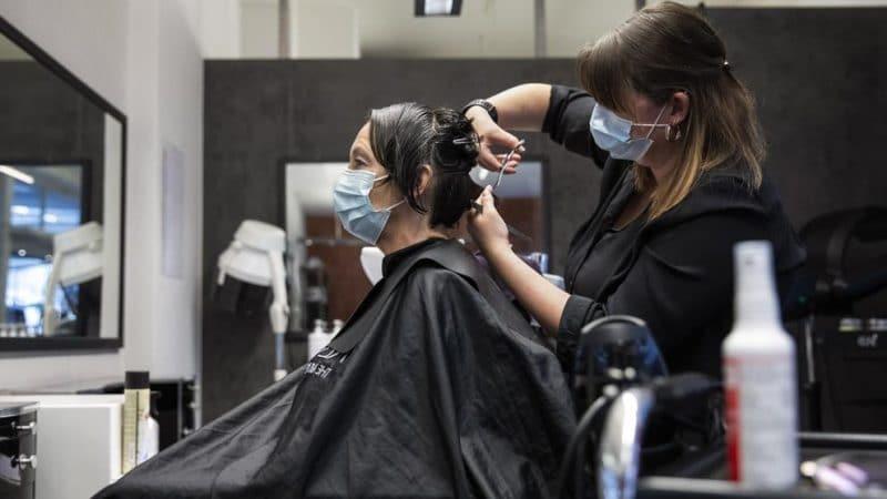 Estas son las medidas para que peluquerías, barberías y salones de belleza puedan operar, según MinSalud