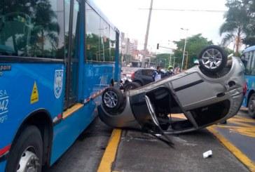 Dos heridos dejó aparatoso accidente de tránsito entre carro particular y bus del Mío