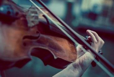 Músicos llevan sus melodías a hospitales en la lucha contra COVID-19