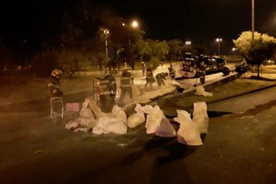 Camión cisterna terminó volcado en el Puente de los Mil días. Más de 20 Bomberos tuvieron que intervenir