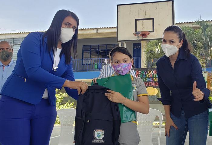 Estudiantes de Yotoco y Vijes recibieron más de 1.200 kits escolares