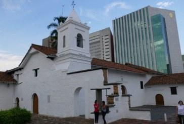 Actriz porno que protagonizó video en el Mío, volvió a hacerlo en la iglesia La Merced