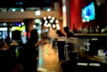 Mujer desata contagio masivo tras asistir a bares estando en cuarentena