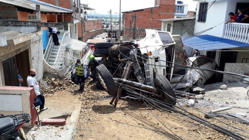 Aparatoso accidente en Yumbo dejó destrucción en cinco viviendas y tres carros