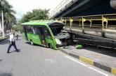 Bus del MIO colisiona con el puente peatonal de la Avenida Pasoancho