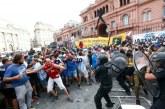 Caos y gases lacrimógenos en la Casa Rosada durante velorio de Maradona