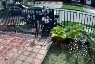 En video: tres mujeres en Cali evitaron ser víctimas de dos ladrones motorizados