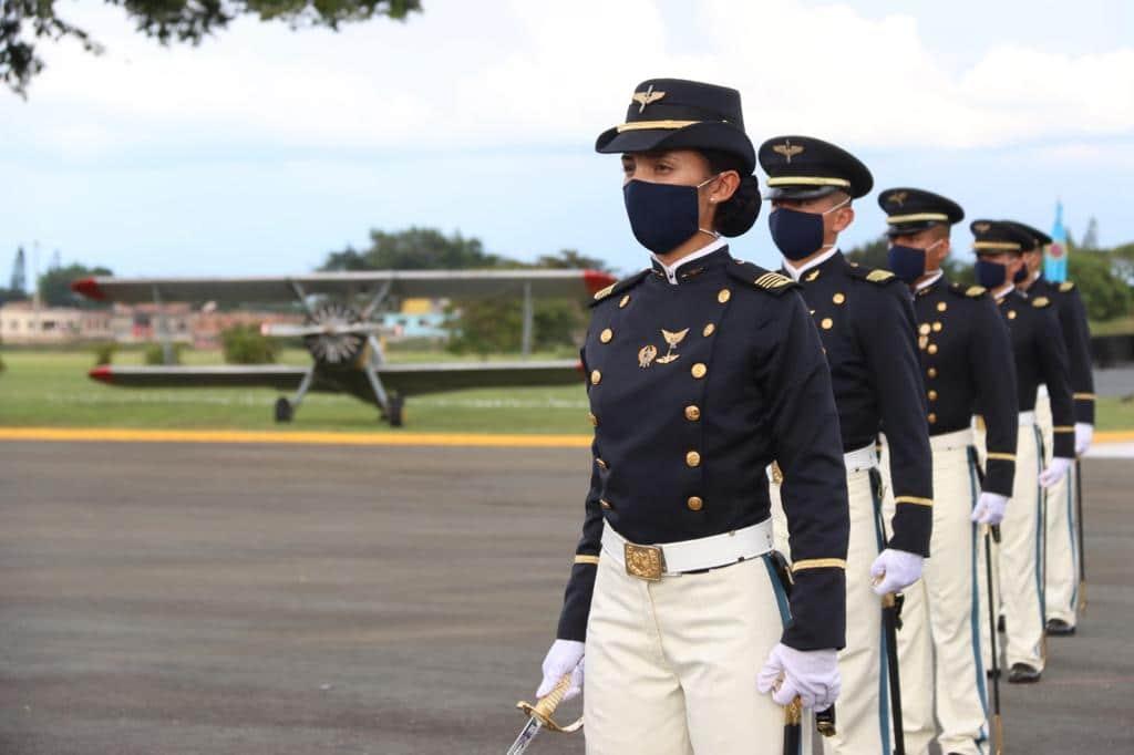 Duque acompañó la ceremonia de ascenso de subtenientes de la Fuerza Aérea