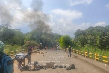 Hinchas del Deportivo Cali bloquean vía como protesta por resultados del equipo