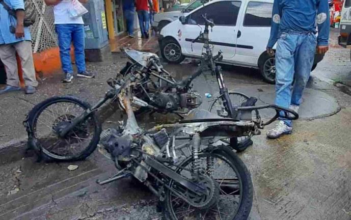 Incineran motos de presuntos fleteros en el barrio Alameda